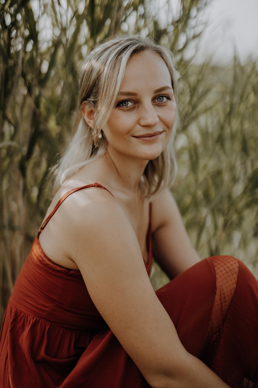 Anna Zöch rotes Kleid sitzend