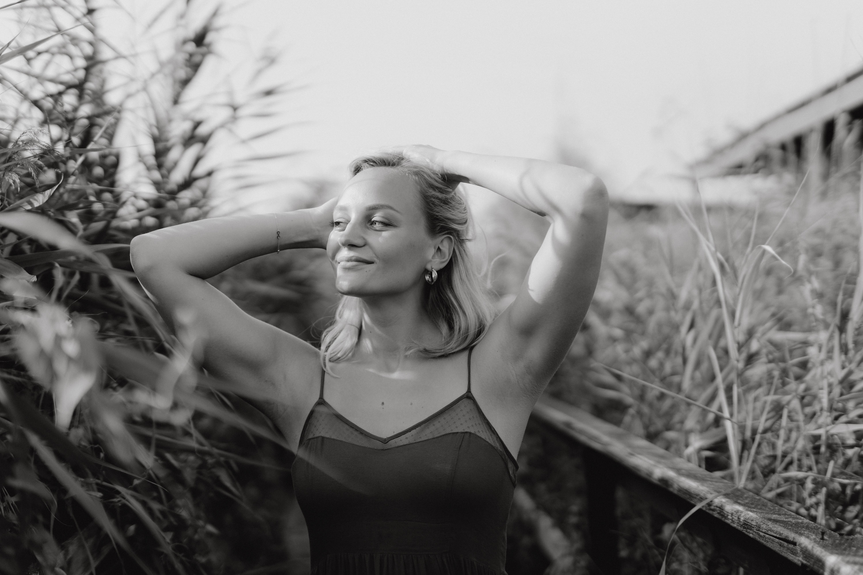 Anna Zöch schwarz-weiß Hände durchs Haar fahren