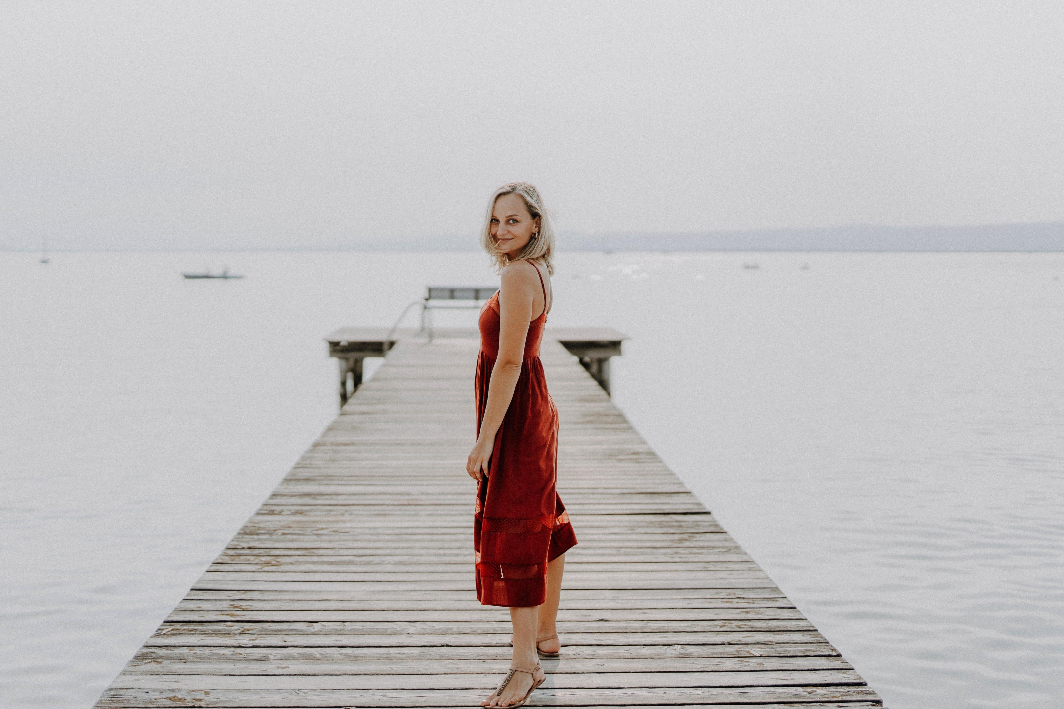 Anna Zöch rotes Kleid am Steg vom See