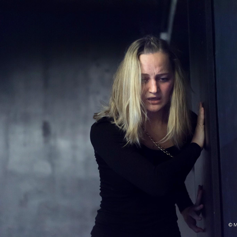 Anna Zöch Schauspiel ängstlich an der Wand