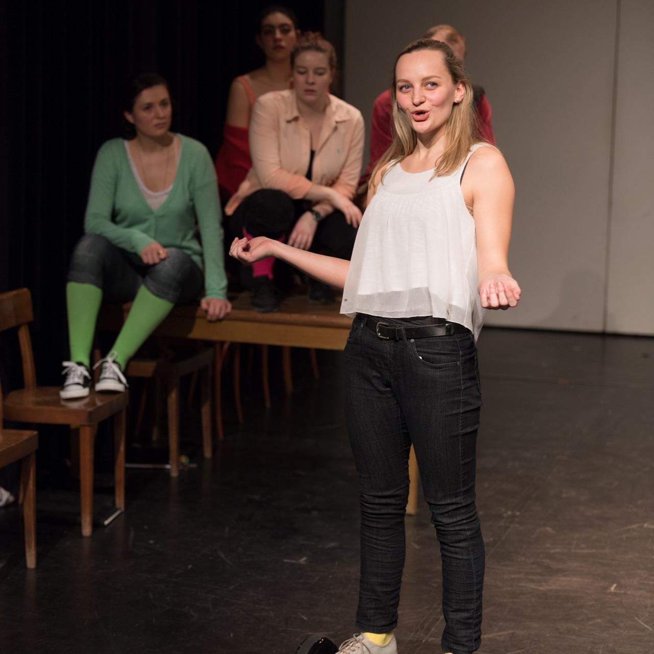 Anna Zöch am Hoverboard sprechend Theater