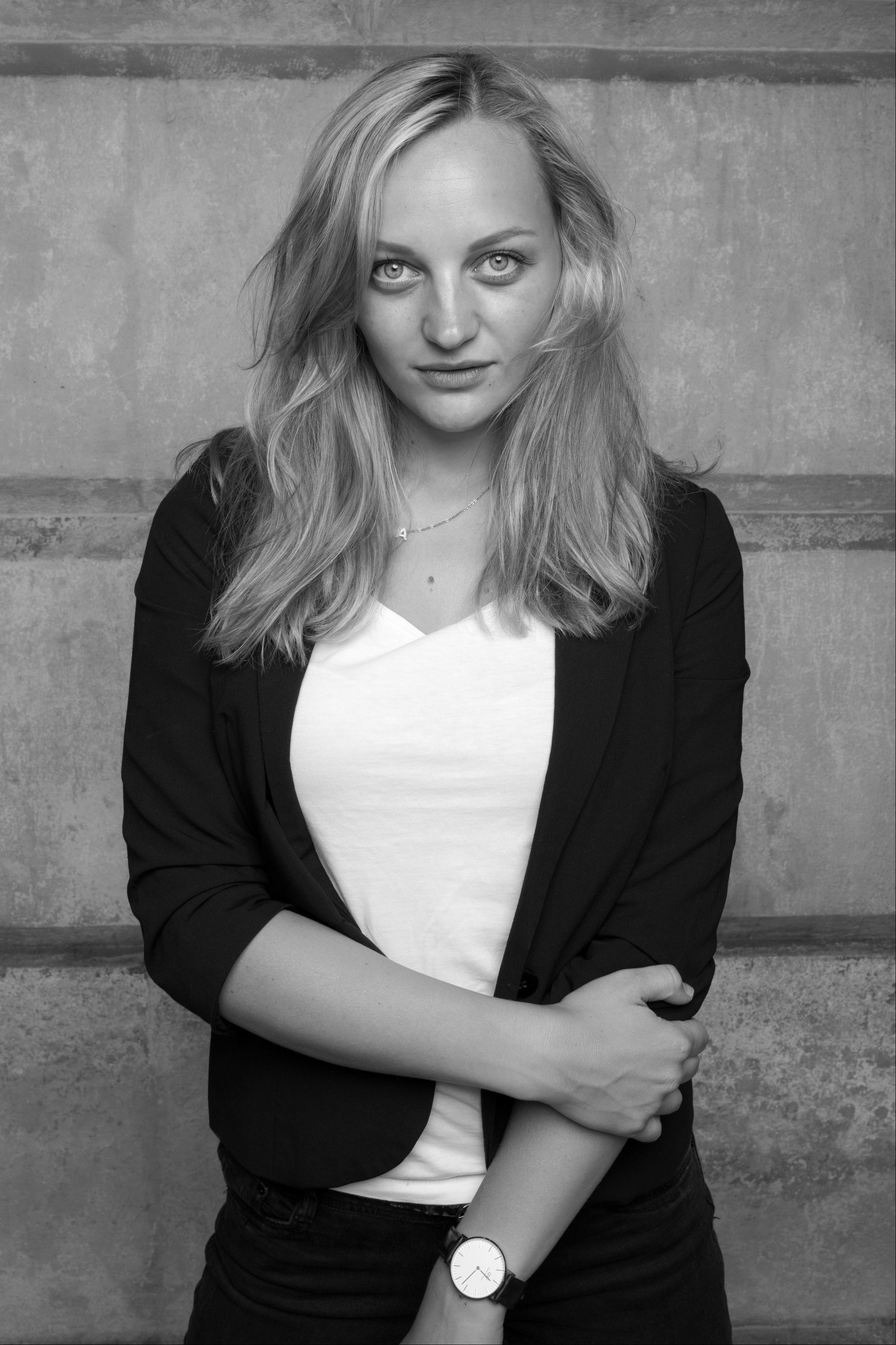 Anna Zöch in Modelpose schwarz-weiß