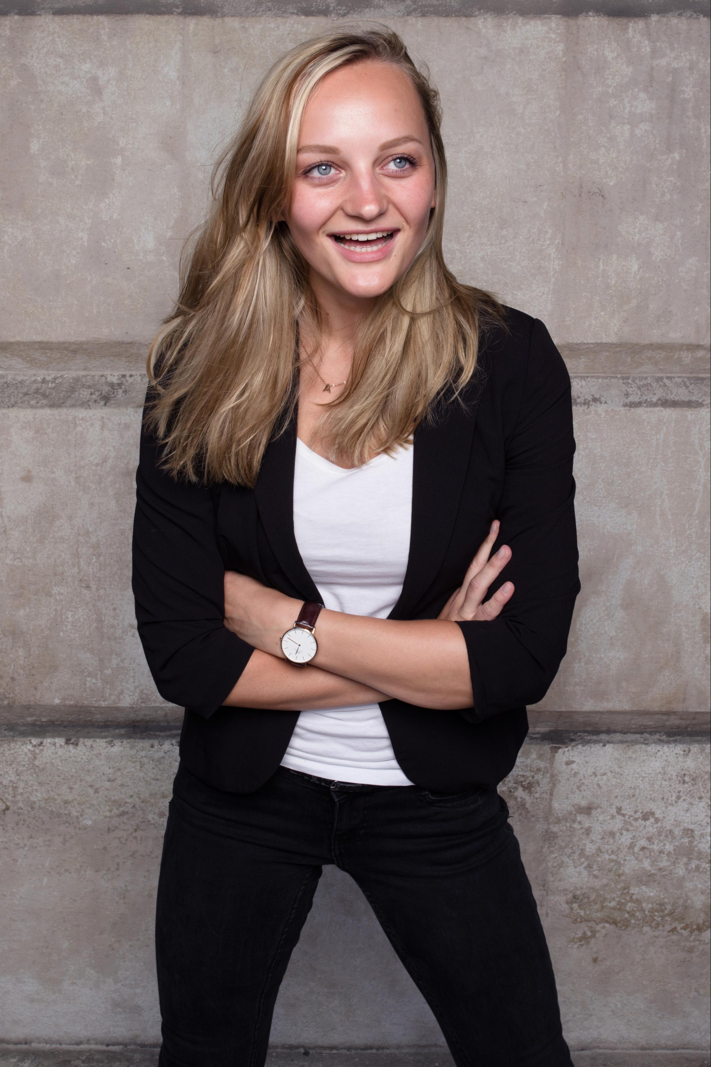 Anna Zöch weißes Tshirt schwarzer Blazar
