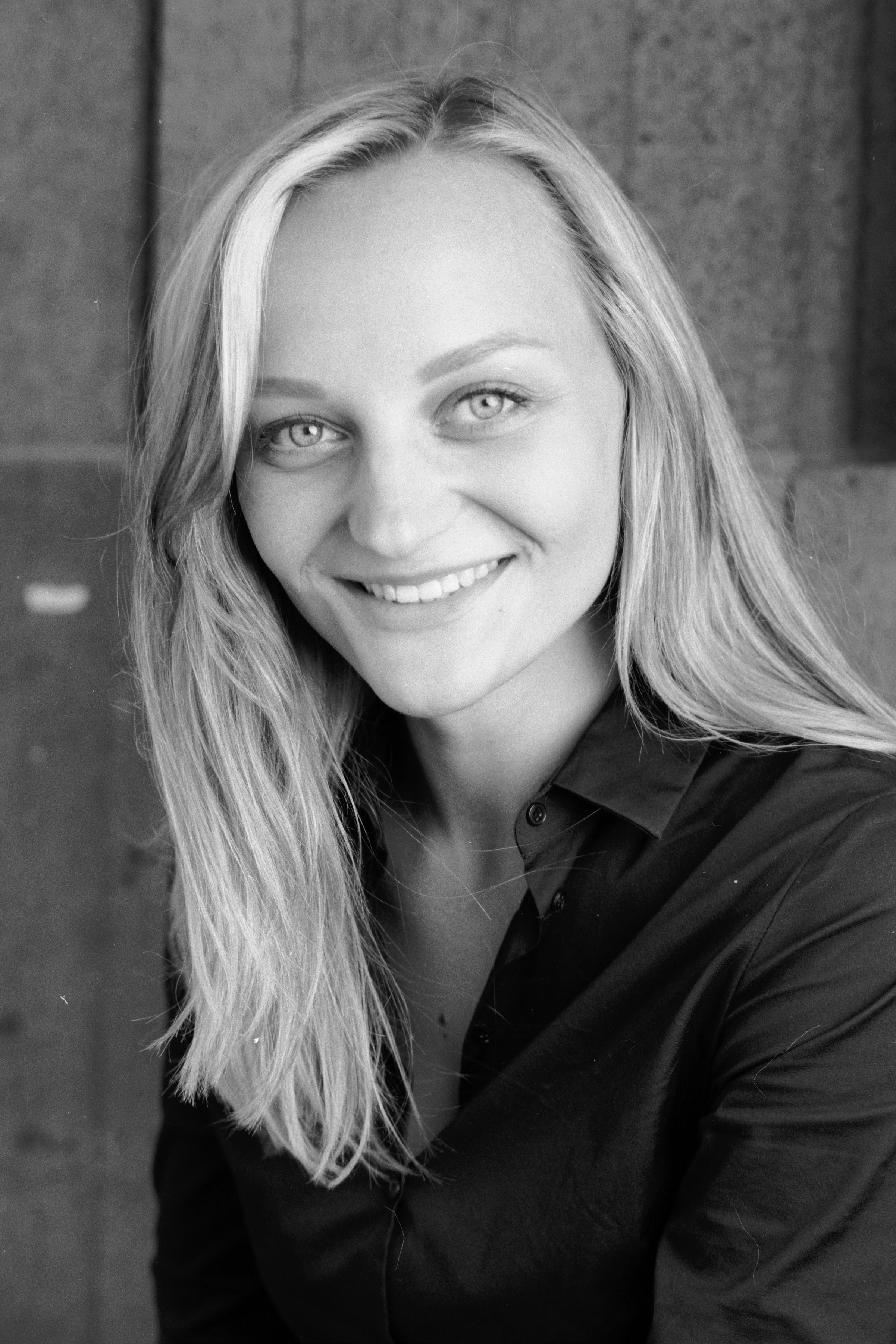 Anna Zöch mit Zähne lächelnd schwarz-weiß